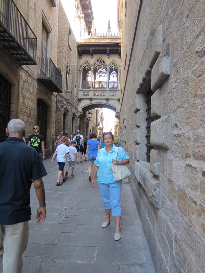 Сердце Старого города – Готический квартал. Здесь, в лабиринте средневековых переулков, среди тесных хаотичных улочек хранится история зарождения Барселоны еще с римских времен. В этом районе сосредоточено множество старинных церквей и зданий, например готический Кафедральный собор, церковь Санта-Мария-дель-Мар, остатки зданий и построек римской эпохи и многое другое.