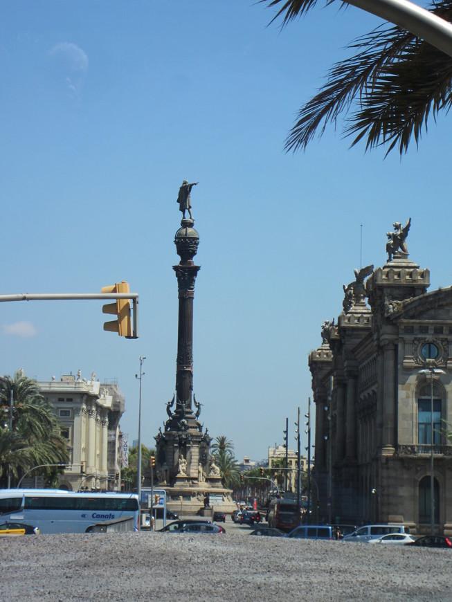 Великолепная набережная Барселоны протянулась почти на 5 км вдоль всего побережья Средиземного моря. Начинается набережная у улицы Рамблас. Здесь расположен памятник Колумбу, установленный в 1888 году. Памятник установлен как раз в том месте, где Колумб высадился в 1493 году со своей экспедиции. Дальше набережная соединяется разводным мостом и пешеходной дамбой с яхт-клубом.