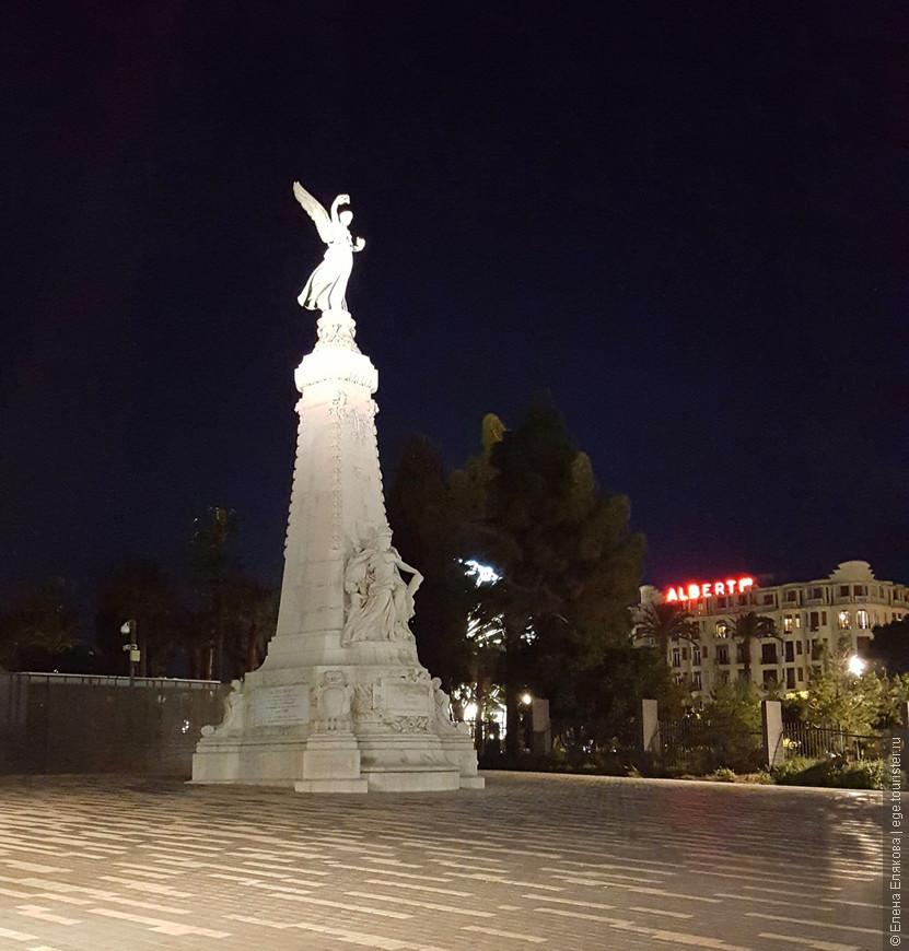Памятник Столетия, возведенный в ознаменование столетия первого присоединения Ниццы к Франции в 1793 году, стоит на  окраине Сада Альберта напротив Английской набережной.