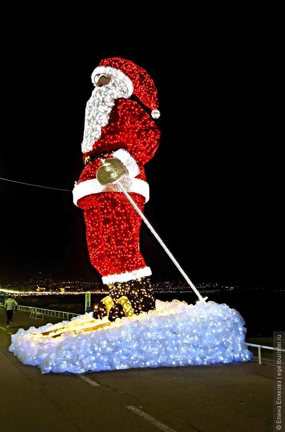Вот мы и дошли до этого огромного Санта Клауса, снег под лыжами которого меняет цвет. Мы очень удачно дошли до него во второй день пребывания на Лазурном берегу, потому что потом его уже убрали.