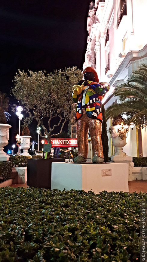 Трубач у отеля Negresco в Ницце.  У входа в отель стоит памятник Майлзу Дэвису, одному из лучших джазменов столетия. Виртуоз-трубач создал свой неповторимый стиль исполнения. Дюк Эллингтон называл его Пикассо от джаза. Памятник выполнен Niki de Saint Phalle, известной французской художницей и скульптором, работавшей в стиле поп-арт.