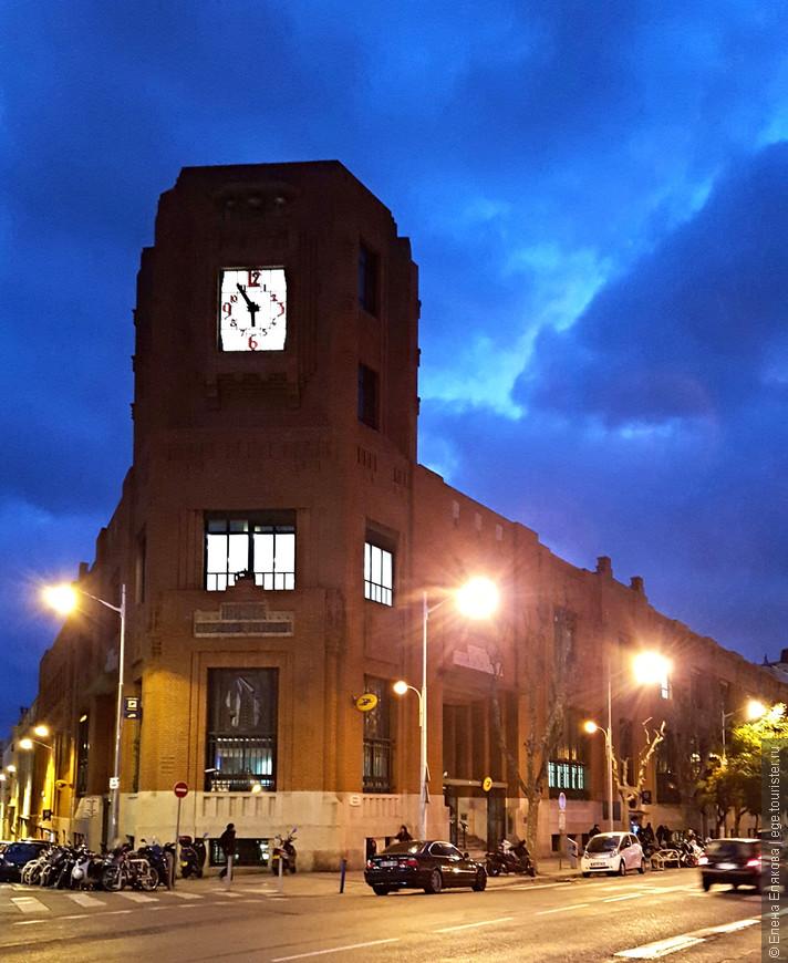 Здание почты рядом с вокзалом