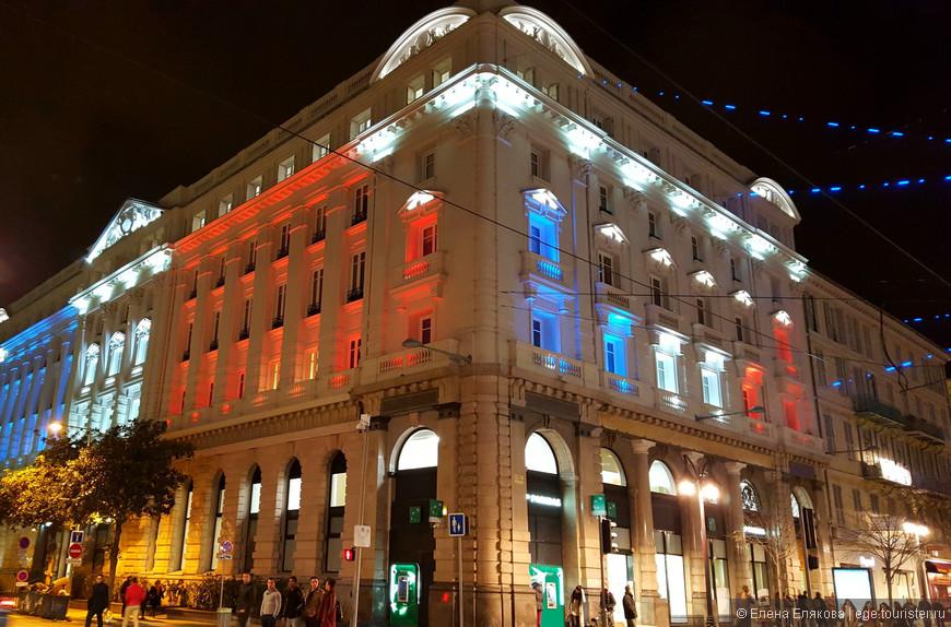 Здание на проспекте Жана Медсена подсвечено как французский флаг.