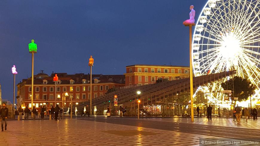 Площадь Массена - центральная площадь города, расположена на стыке Старой Ниццы и улицы Avenue Jean Médecin,  недалеко от Английской набережной. На площади стоят семь фигур на высоких мачтах, меняющие свой неоновый свет. Эта композиция под названием «Беседа в Ницце» – олицетворение семи континентов. Ее автор – каталонский скульптор Жаум Пленс. Площадь названа в честь военачальника Наполеона Андре Массена, родившегося в Ницце.
