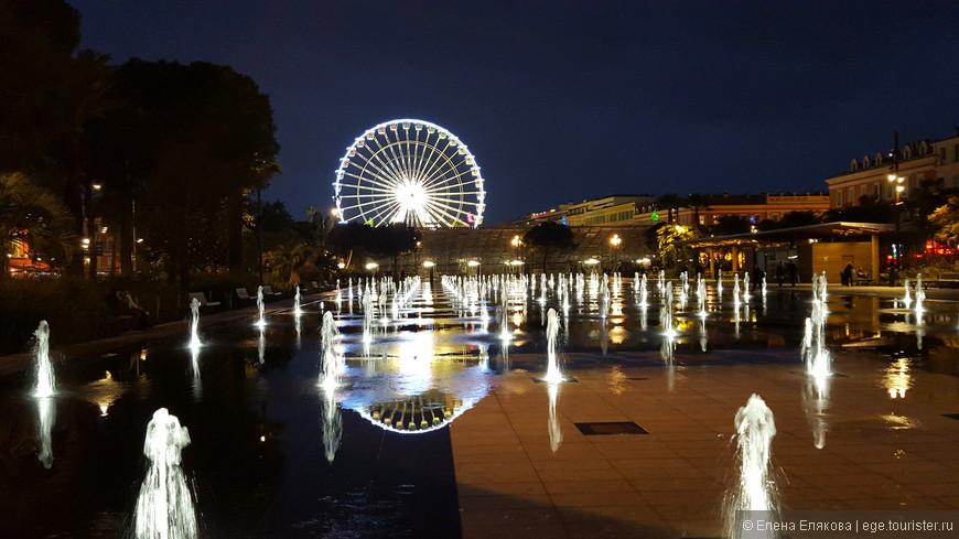 В один из дней заработал этот фонтан, занимающий большое пространство на площади Массена