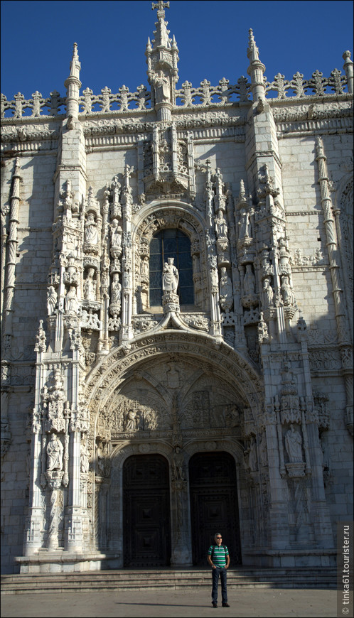 В центре южного портала - скульптура Богоматери с Младенцем, держащей в руках вазу с дарами волхвов. По бокам от статуи Девы Марии – фигуры пророков, апостолов, церковных деятелей и святых.