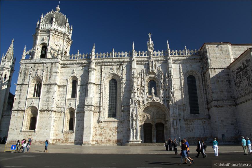Церковь монастыря знаменита своими порталами.