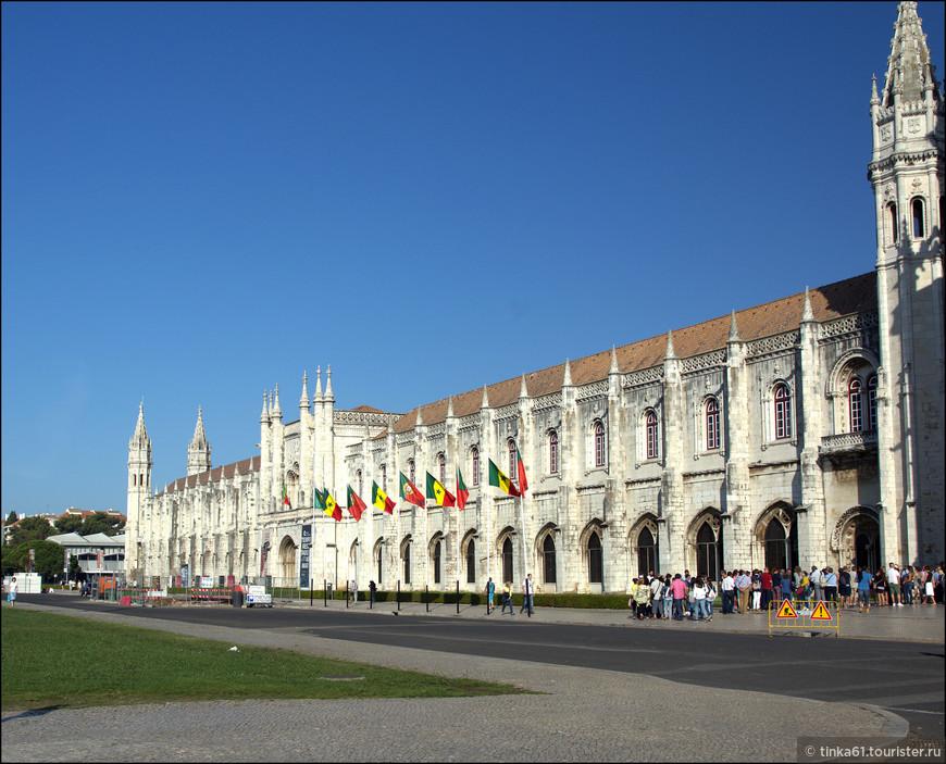 Монастырь открывается в 10 утра, приходить лучше пораньше. В 09.30 перед входом уже выстроилась очередь. Билет стоит 10 евро, но по воскресеньям вход бесплатный.