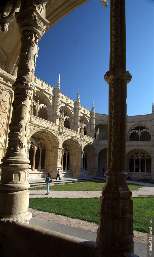 Ажурные вычурные колонны клуатра. Каждая колонна  украшена по-разному резными витками каната, морскими чудовищами, изображениями кораллов и другие морскими элементами.