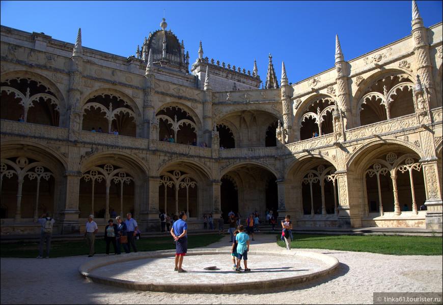 Монастырский клуатр восьмиугольной формы.