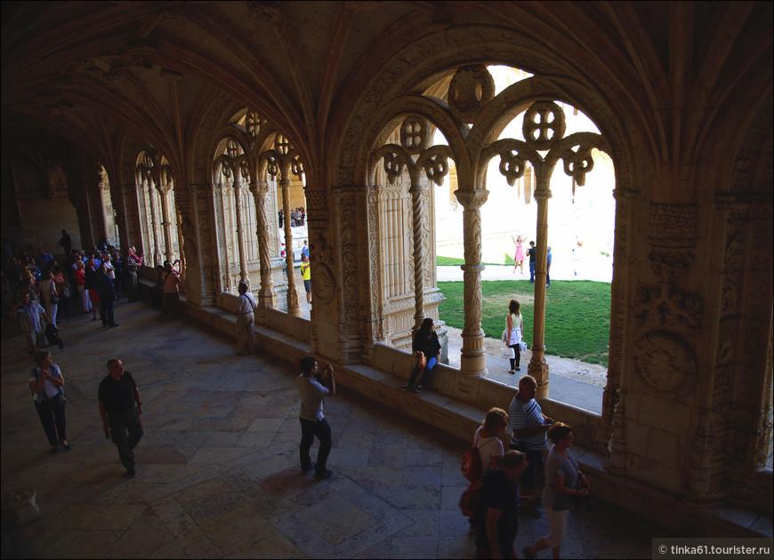 Окружающие клуатр помещения монастыря двухэтажные, сводчатые, с причудливыми аркадами и перилами.
