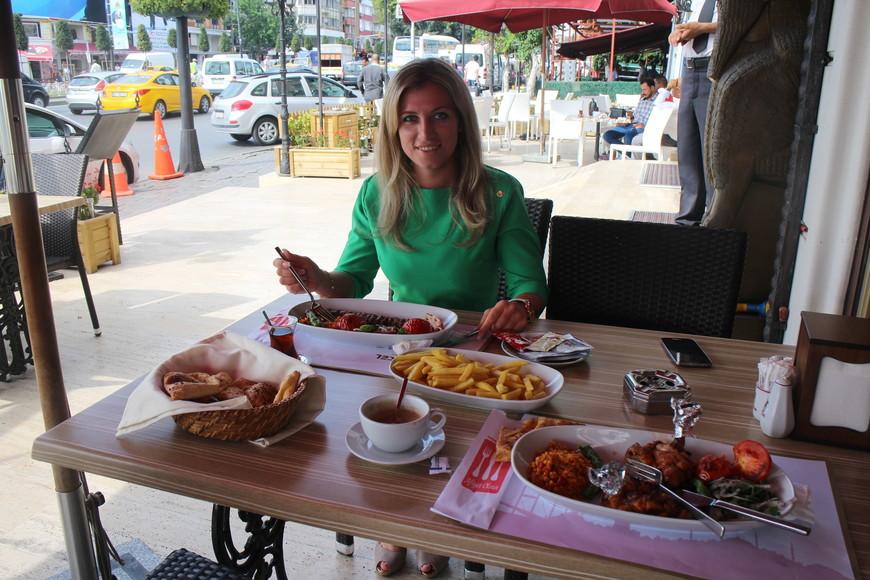 Пробую национальное блюдо Турции- Адана кебаб.Это второе по популярности блюдо турецкой кухни, без которого немыслима турецкая культура.