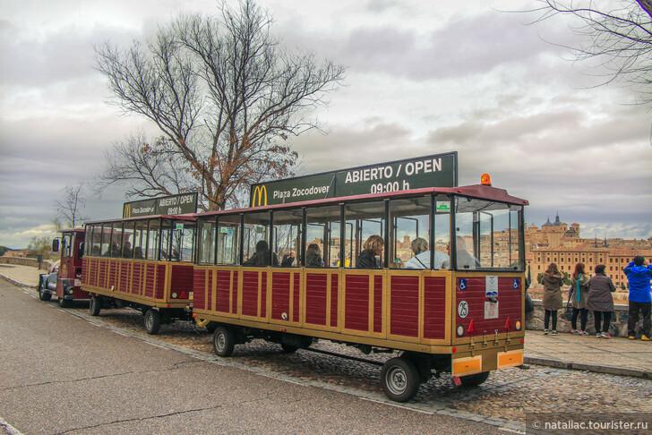 Толедо: эскалаторы и экскурсионный автобус.