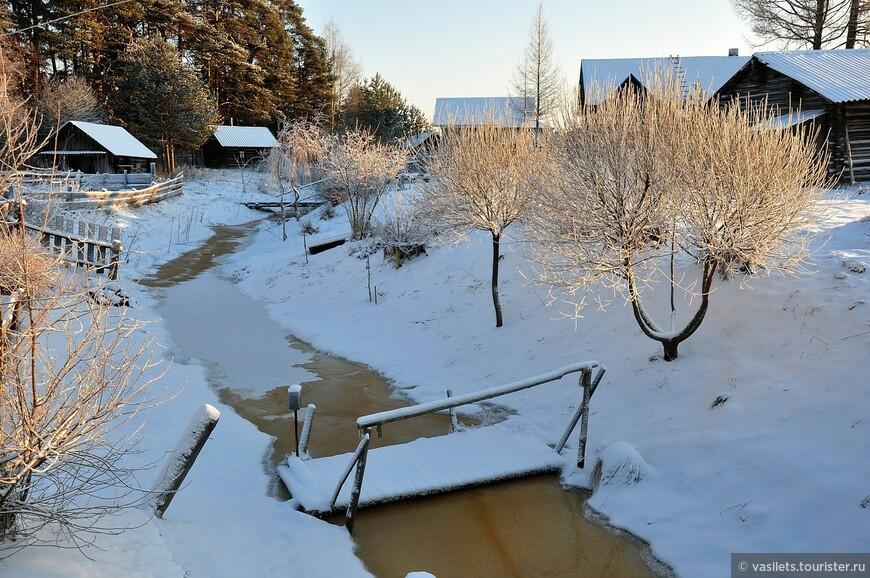 Ручей замерз не полностью, несмотря на почти 30-градусный мороз. ,А по его берегам баньки
