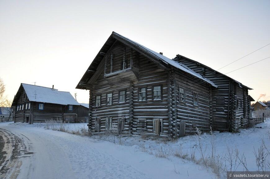 Дома в карельских селах большие, но, частенько, покосившиеся. Давно стоят...  Это селение Эссойла, что по дороге в деревню Рубчойла