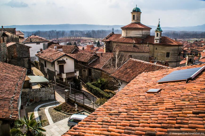Со стен замка открывается великолепный вид на церковь Святого Петра, памятник романской архитектуры.