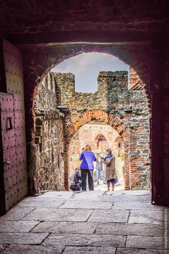 народ, вкусно отведав благородной пищи, неспша прогуливается по внутренним галлерям и дворикам замка