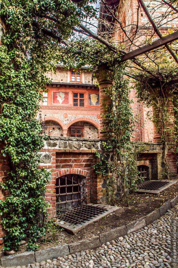 много зелени, котрая обрамляет очаровательные виды замка