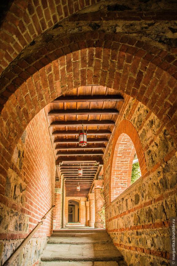 из основного внутреннего двора разные тоннели, лабиранты и галлереи ведут во внутренние дворики