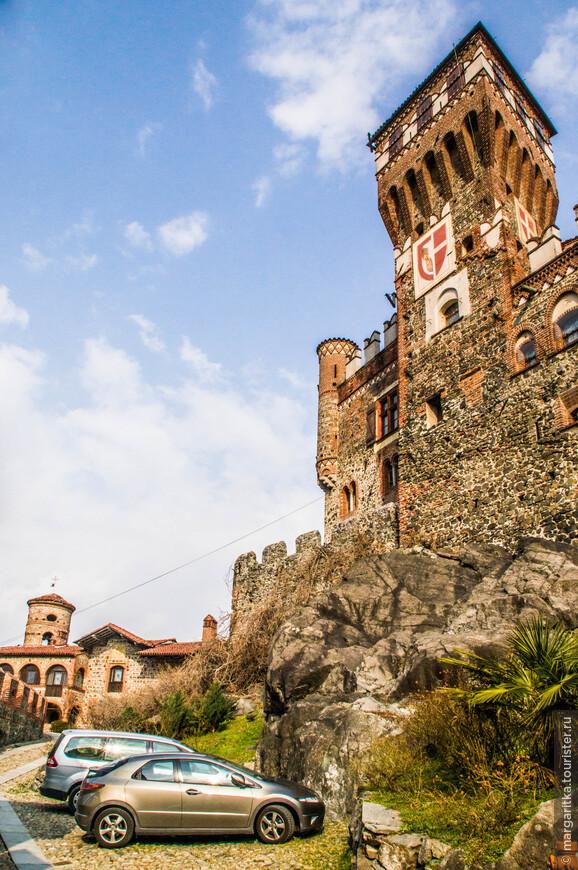 Многочисленные башни имеют разные формы и все сооружение весьма живописно.
