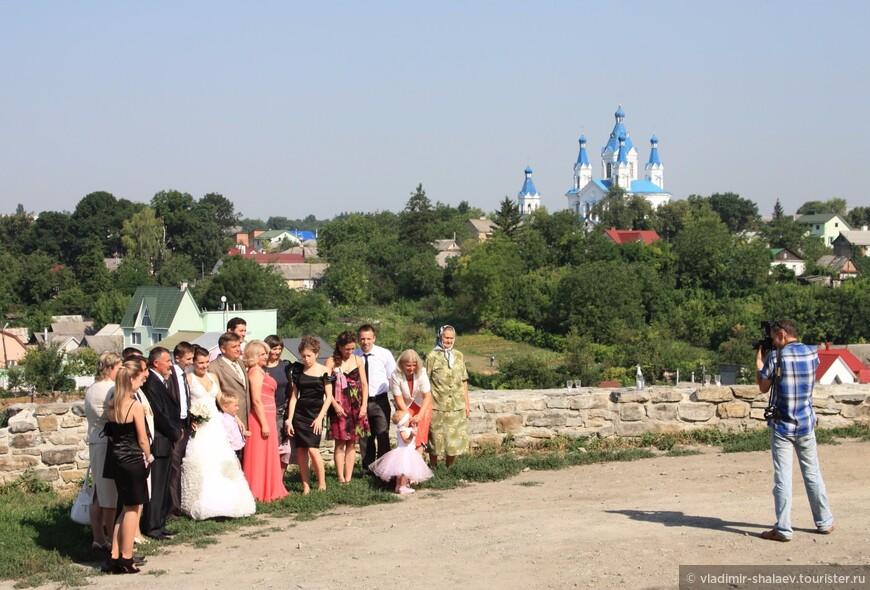 В этот день, а была суббота, в городе можно было встретить очень много свадеб. Одна из них на Армянском бастионе.