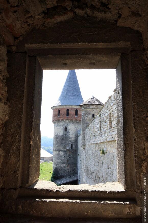 Вид на Тенчинскую башню и башню Колпак из Папской башни.