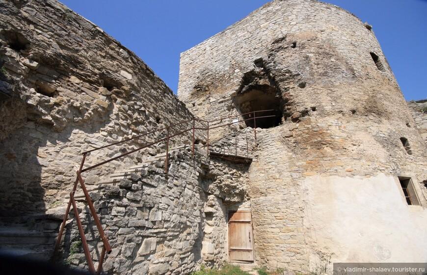 На башню можно подняться и пройти по галереям крепости.