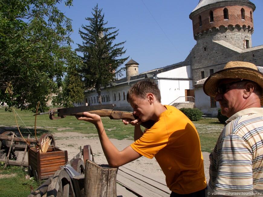 На территории замка часто проводятся всевозможные праздники, фестивали, исторические реконструкции. В обычные дни можно пострелять из арбалета.