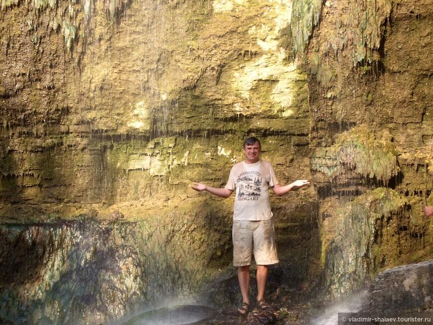 Приятно постоять под водопадом в жаркий день.