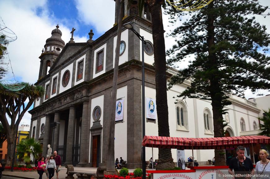 Собор Сан-Кристобаль-де-ла-Лагуна. Фасад с колокольней и часами (1820). Его невероятно сложно фотографировать - никак не умещается в кадр.Весь остальной собор кроме фасада построен в 1915 году из бетона. Бетон в то время только начинали применять в строительстве, поэтому получилось креативно, но недолговечно: в 2002-2014 годах собор был закрыт на реставрацию.