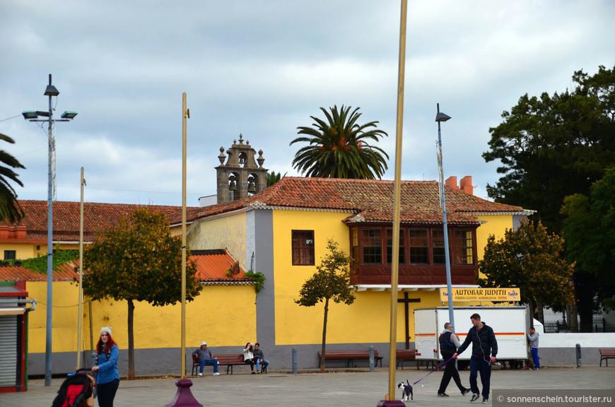 Ла-Лагуна – второй по значению город на Тенерифе, который до 1723 года был столицей острова. С трудом нашли парковку и пошли гулять по старому городу.Удивительно, но исторический центр Ла Лагуны дожил до наших дней в том же виде, каким его создали сотни лет назад. Не отдельные чудом уцелевшие домики, как в других городках острова, а целые кварталы. Весь «старый город» объявлен Всемирным наследием и находится под охраной ЮНЕСКО.