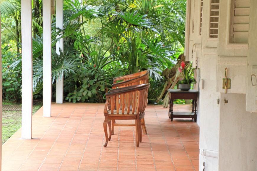 Осмотрев сад, можно посидеть на удобных креслах, выпить кофе и подышать ароматами тропического сада, наблюдая за непоседливыми колибри. Сад - совершенно удивительное место, где все дышит красотой и прелестью.