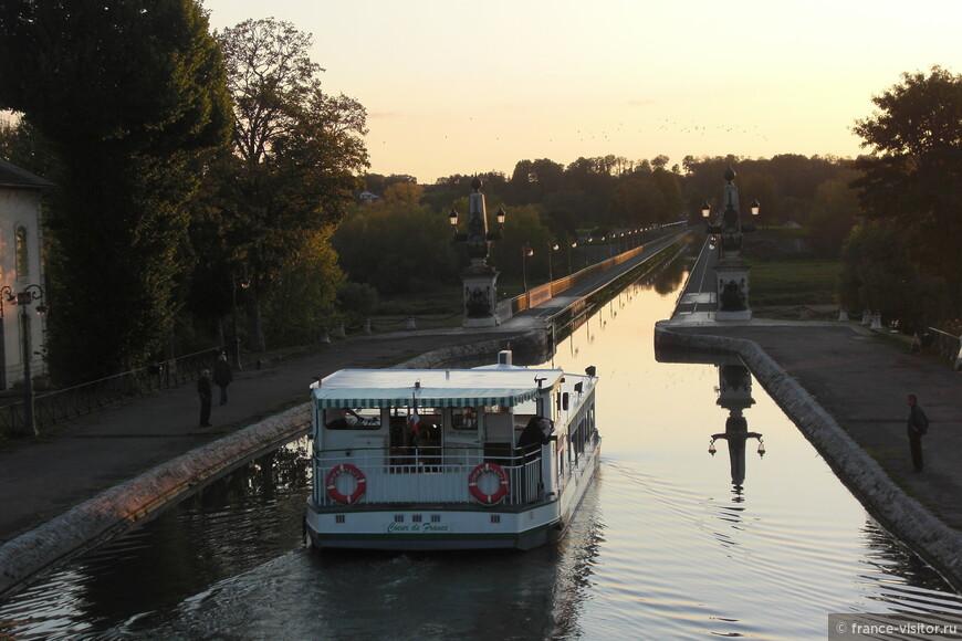 Мост-канал через реку Луару