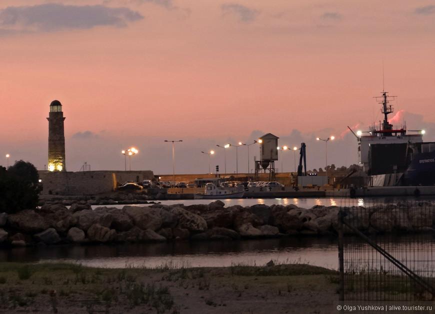 Старинный венецианский порт расположился в гавани, по берегу которой тянется набережная, заканчивающаяся каменным мысом. На самом кончике мыса возвышается маяк – такой же старый, как и сам порт.