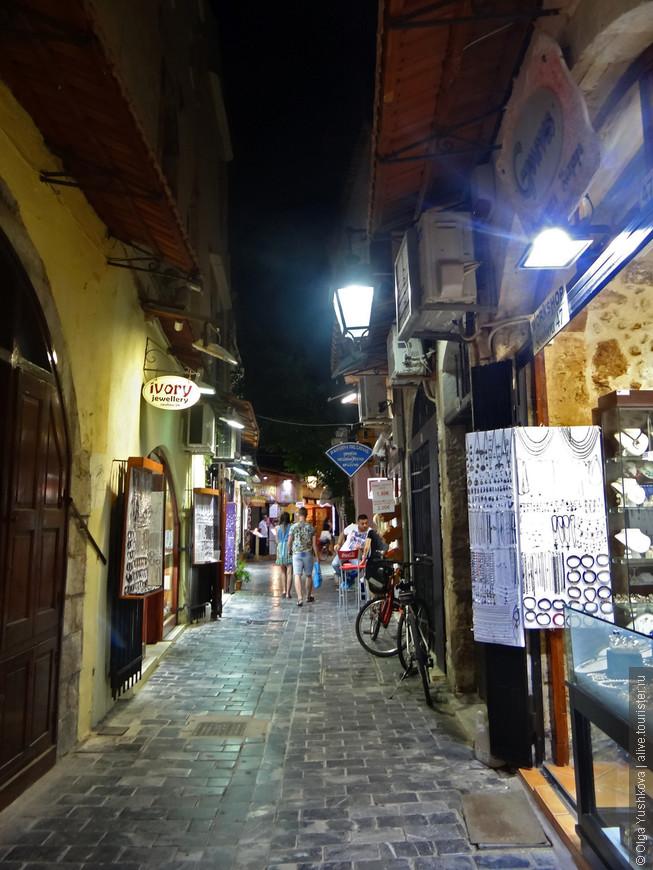 Как и многие другие города с многовековой историей и элементами старинной архитектуры, Ретимно в вечернее время становится особенно притягательным.