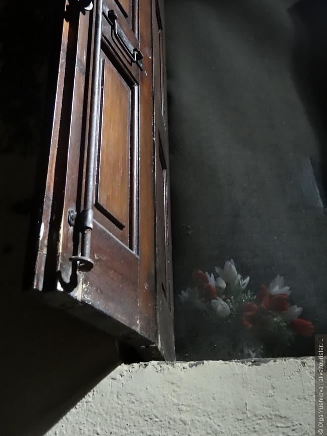 Ну, разве не чудо??? :) Как будто портал... в какое-то другое измерение...  Удивительные они всё-таки, эти окна в старых городах...
