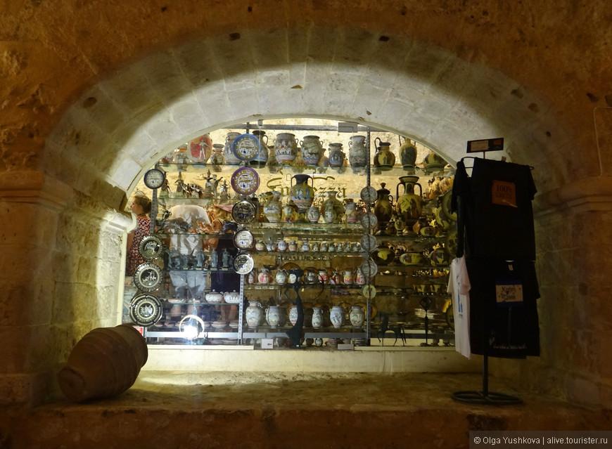 Ещё одно очаровательное окошко и одновременно - арка... На сей раз в сувенирном магазинчике на входе в крепость Фортецца...