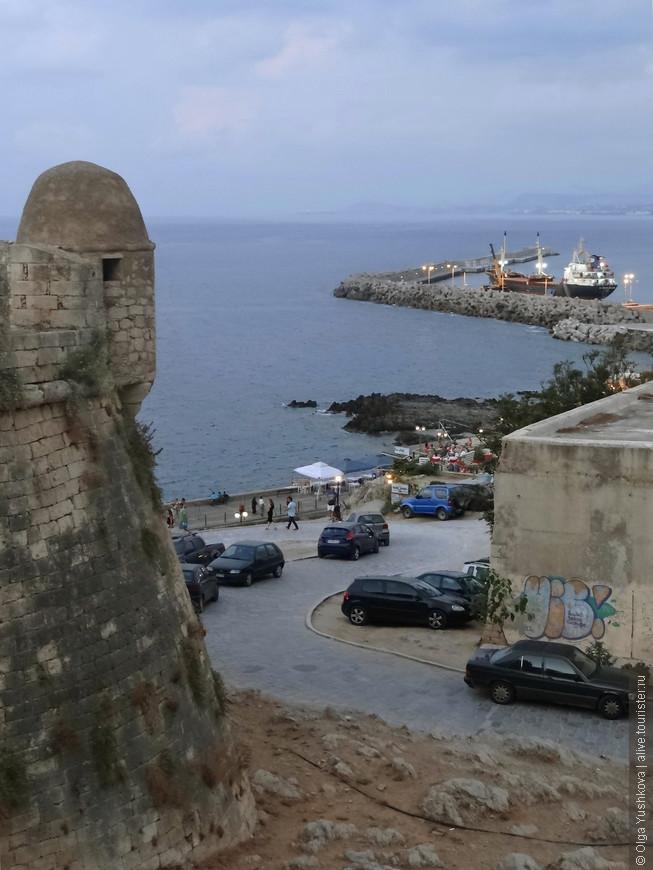 И вот мы уже в крепости... Отсюда открываются прекрасные виды на гавань и порт Ретимно...