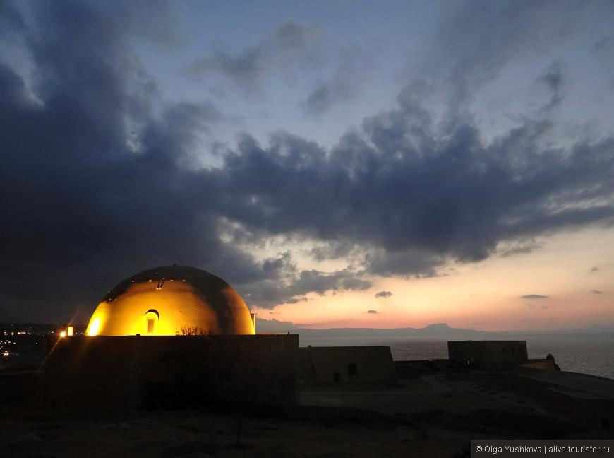 Вечерний вид на купольную мечеть Ибрагим-хана, которая появилась на территории крепости после захвата её турками в 1646 году и хорошо сохранилась до наших дней.