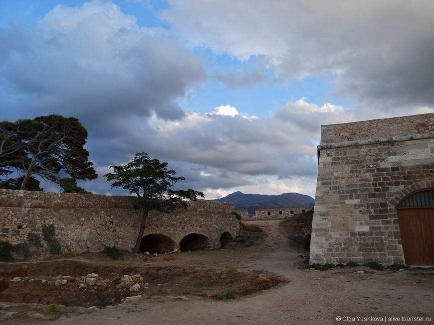 Крепость обнесена мощной стеной с тремя воротами и четырьмя бастионами. Общая протяженность крепостной стены, способной отразить как обстрел снарядами, так и штурм, составляет почти 1,5 километра.