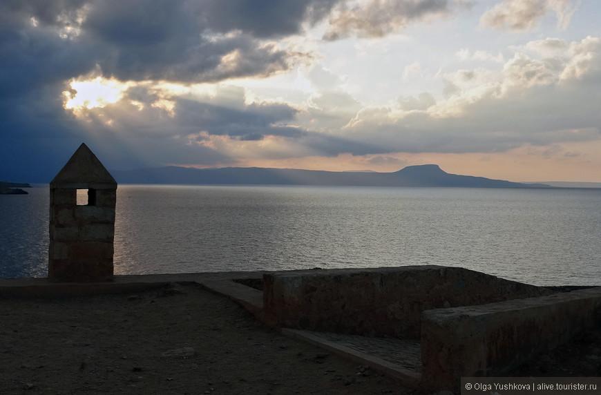 На прогулку по территории венецианской крепости лучше всего отправляться во время заката, когда все вокруг преображается и становится волшебным...