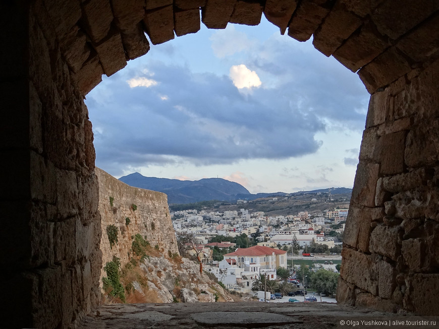 Через окна-арки в крепостной стене открывается красивейший вид на город, - особенно впечатляющим он становится ближе к закату...