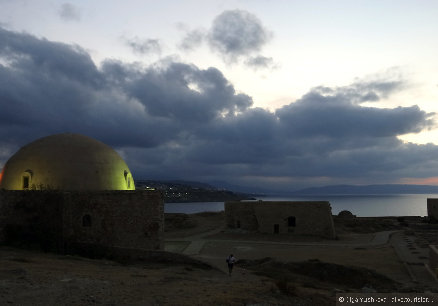 Даже мощные стены не спасли крепость от турок. Фортецца отошла туркам в 1646 году. С этого момента в городе начинает проявляться турецкое влияние: меняется архитектура, строятся мечети и минареты.