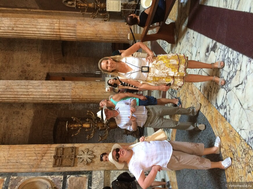 Мама и папа в Пантеоне на экскурсии с Татьяной