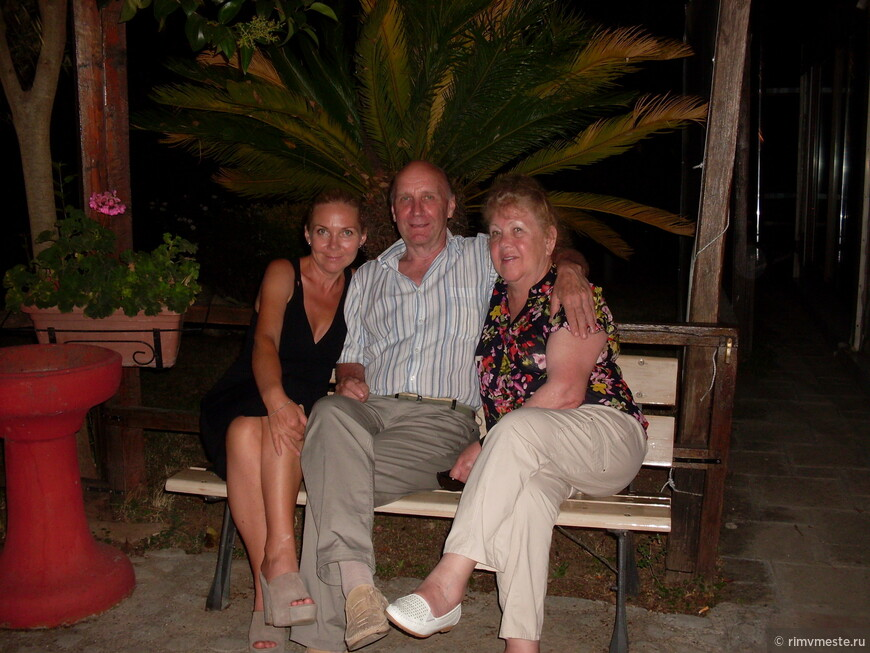 Семья Дерягиных на ужине на вилле в старинном замке