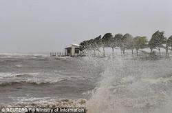 Число погибших от урагана на Фиджи достигло 20 человек