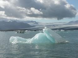 В Исландии туристов спасли с дрейфующей льдины