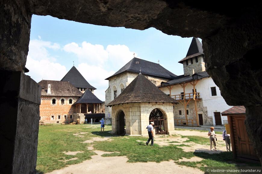 Осмотрим крепость изнутри. Колодец посреди крепостного двора. Между прочим, действующий.  глубиной – 65 метров. За ним - замковая церковь (14 век).
