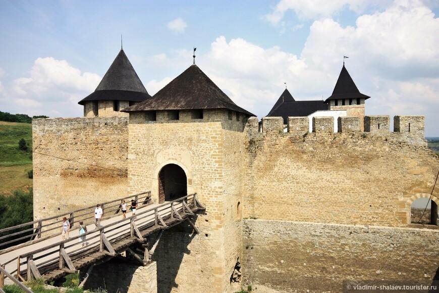 Соединена цитадель с окружающей территорией только одним Въездным деревянным мостом над рвом.