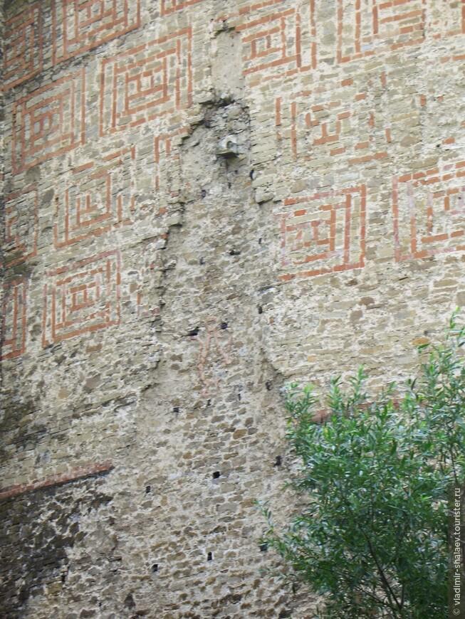 Крепостная стена имеет незамысловатый орнамент и в некоторых местах подвержена саморазрушению.
